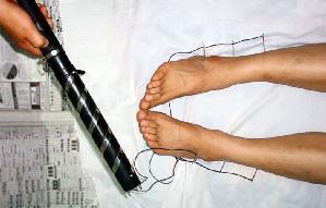 中共酷刑示意图:用电针点击