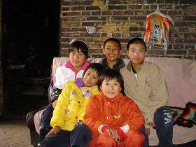 徐杏、徐定国、徐定府(左至右),徐圆圆、徐佛莲(左至右)