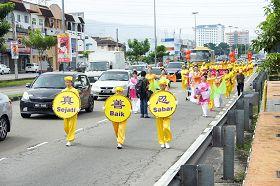 '大年初四,法轮功学员来到柔佛州第二大城市,峇株巴辖举行新年游行。'
