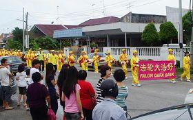 '峇株巴辖居民纷纷出来观看法轮大法新年游行队伍的到来'